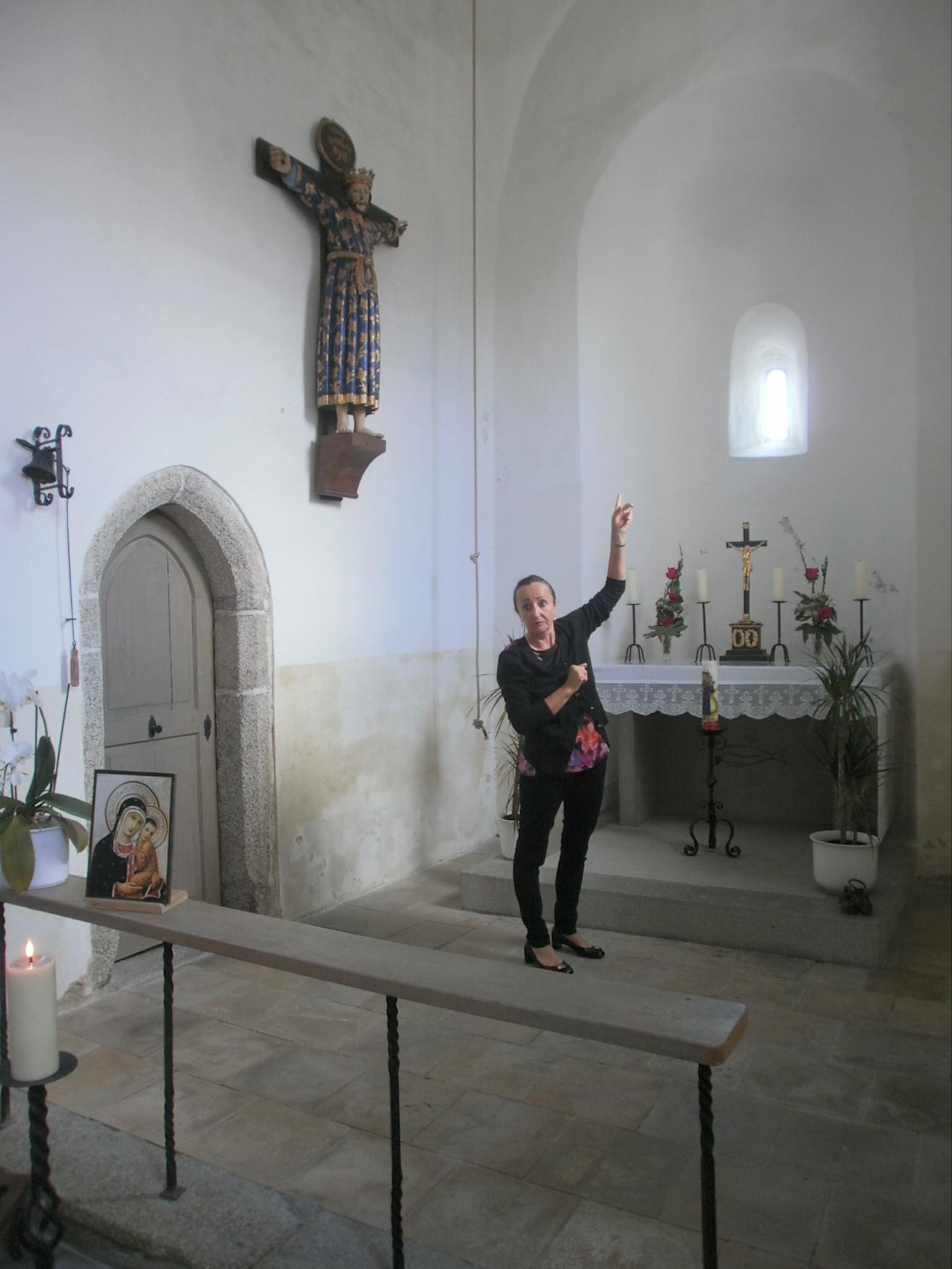 Künstlerin Andrea Thema bei der Besichtigung der St. Jakobskirche am Aign. Foto: Karl Stumpfi, KVU