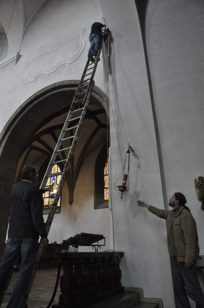 """""""Näher mein Gott, zu Dir!"""" Montagearbeit für die Ahoj-17-Kunstausstellung in luftiger Höhe..."""