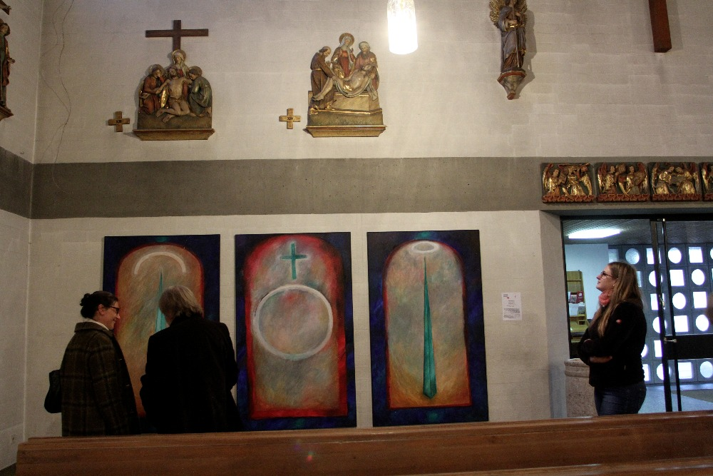 Moderne Kunst im Kirchenschiff