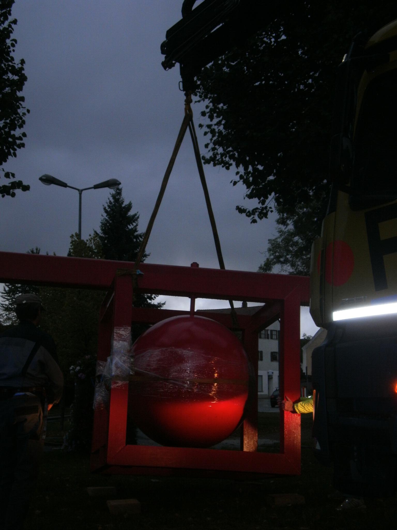 """Vaclav Fialas rote Kubus-Kugel schwebt herab auf den Rasen des """"Zantkreisels""""..."""