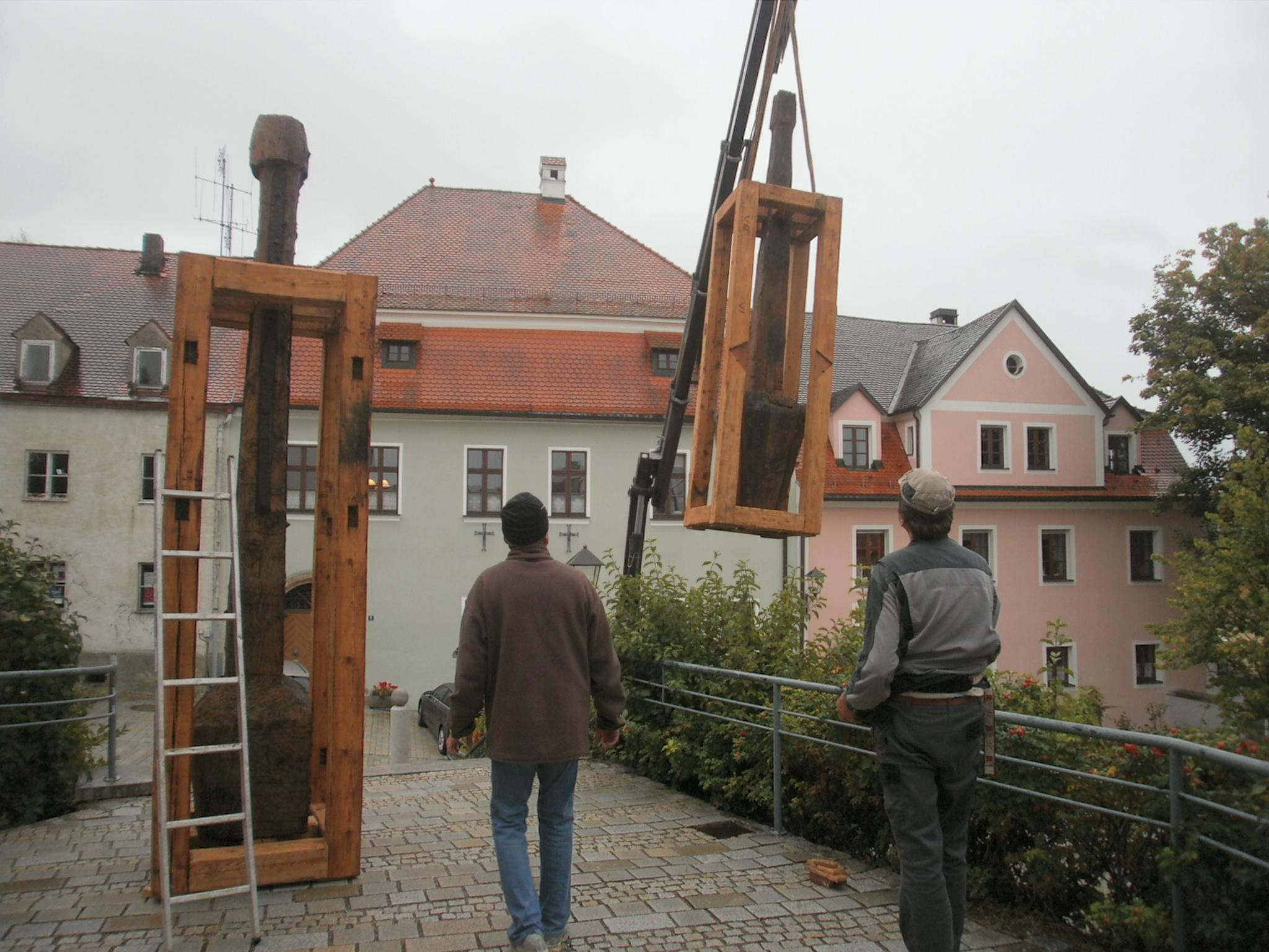 """Die Holzskulpturen """"Er"""" und """"Sie"""" werden in den nächsten vier Wochen den Eingangsbereich der Stadtpfarrkirche St. Josef """"bewachen""""...."""