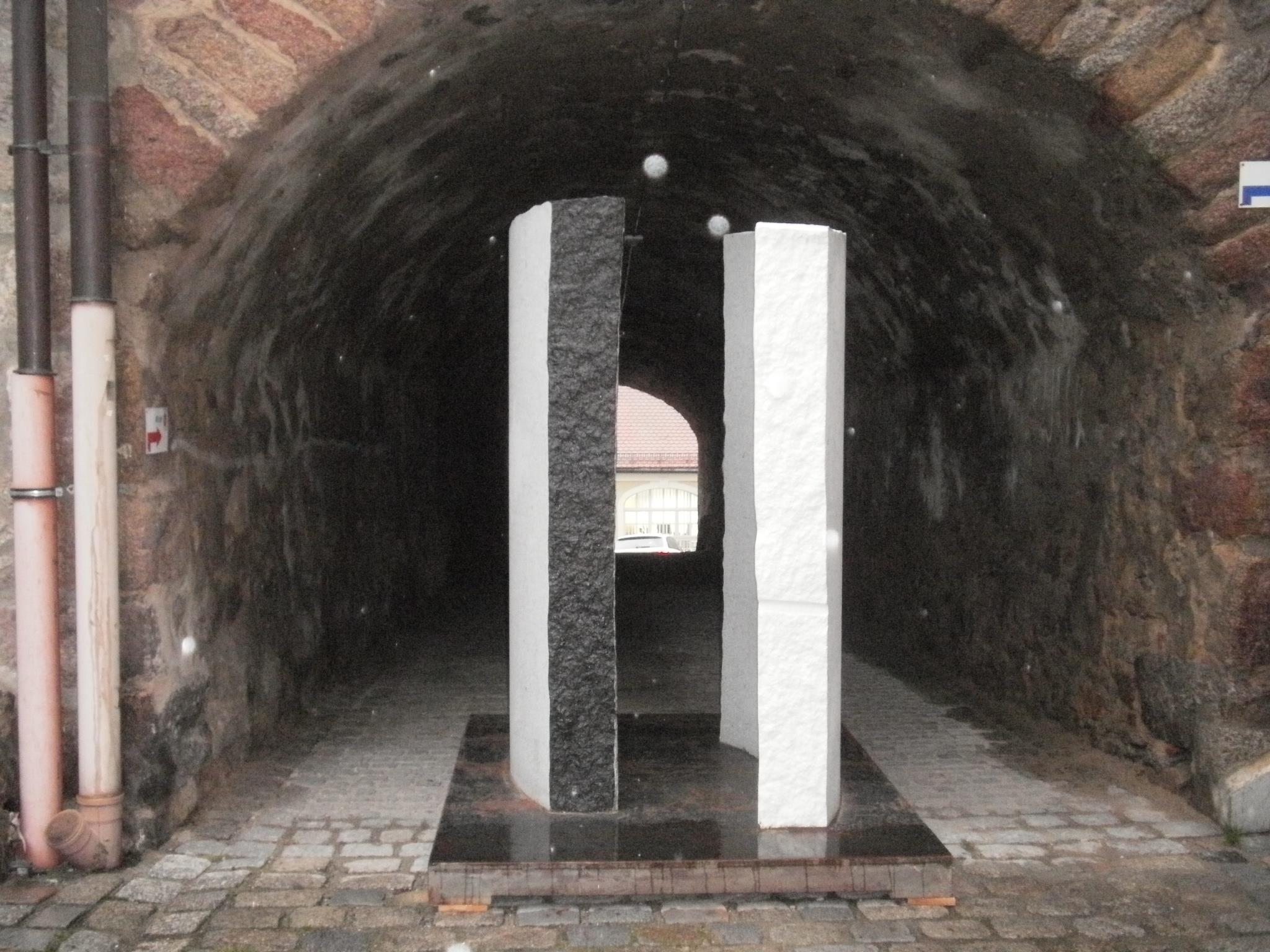 """Ein Gesamtgewicht von rund drei Tonnen bringt die Granit-Stahl-Konstruktion """"Kapelle für eilige Passanten"""" von Vaclav Fiala auf die Waage!"""
