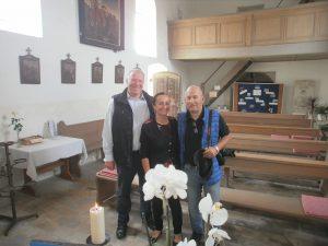 Andrea Thema mit Giselher Scheicher (re) und Peter Wunder in der Kirche St. Jakob am Aign.