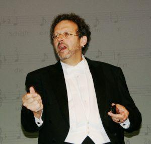 Mark Mast beim Impulsvortrag in der Schwarzachtalhalle.