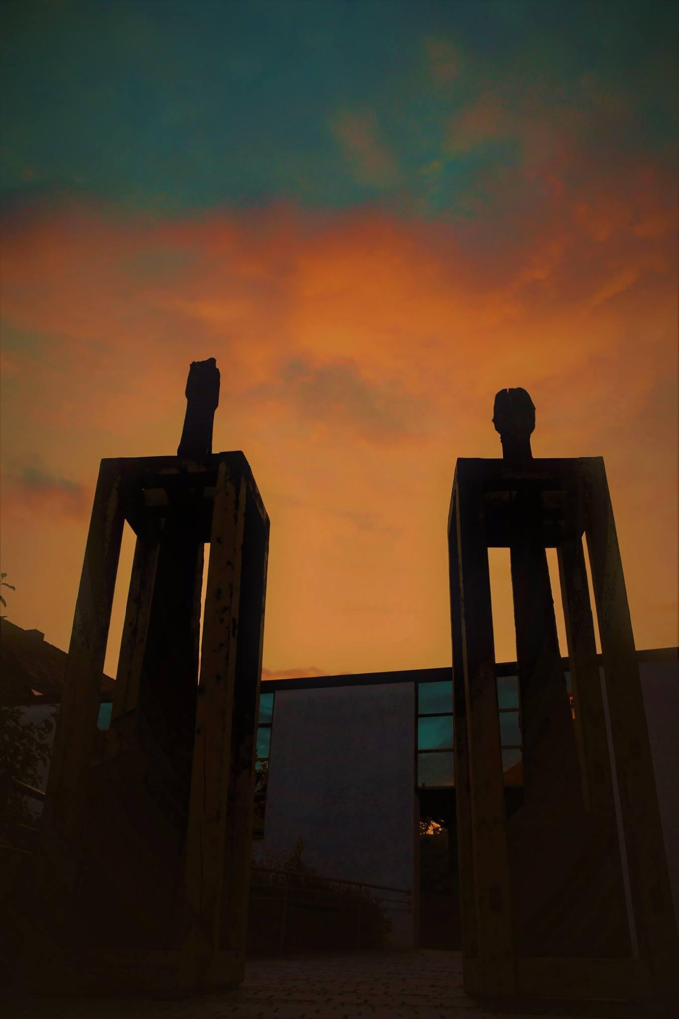 """Das Bild zeigt die Kunstinstallation """"Er und Sie"""" von Vaclav Fiala, Klatový, am Treppenaufgang zur Stadtpfarrkirche St. Josef im stimmungsvollen Licht der Abenddämmerung. Foto: Agnes Jonas"""