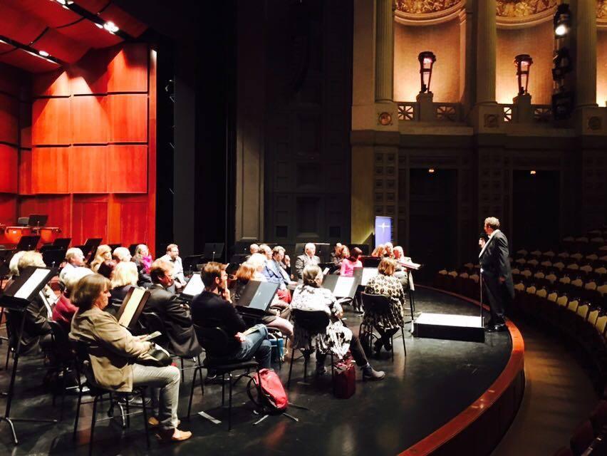 Traditionell bei der Bayerischen Philharmonie: Konzerteinführung von und mit Chefdirigent Mark Mast auf der Bühne.
