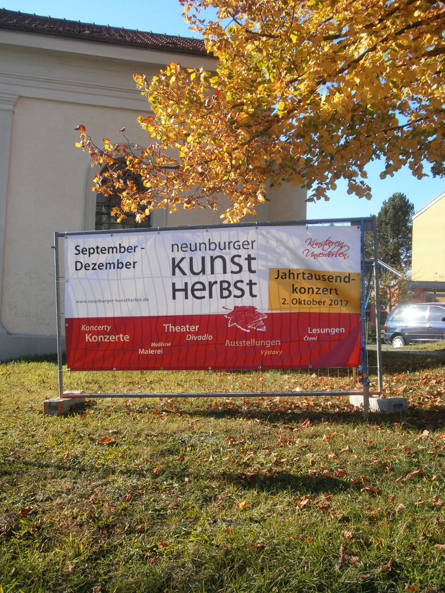 Das Kunstherst-Banner begrüßt an den Ortseingängen die Kulturinteressierten aus Nah und Fern in Neunburg vorm Wald.