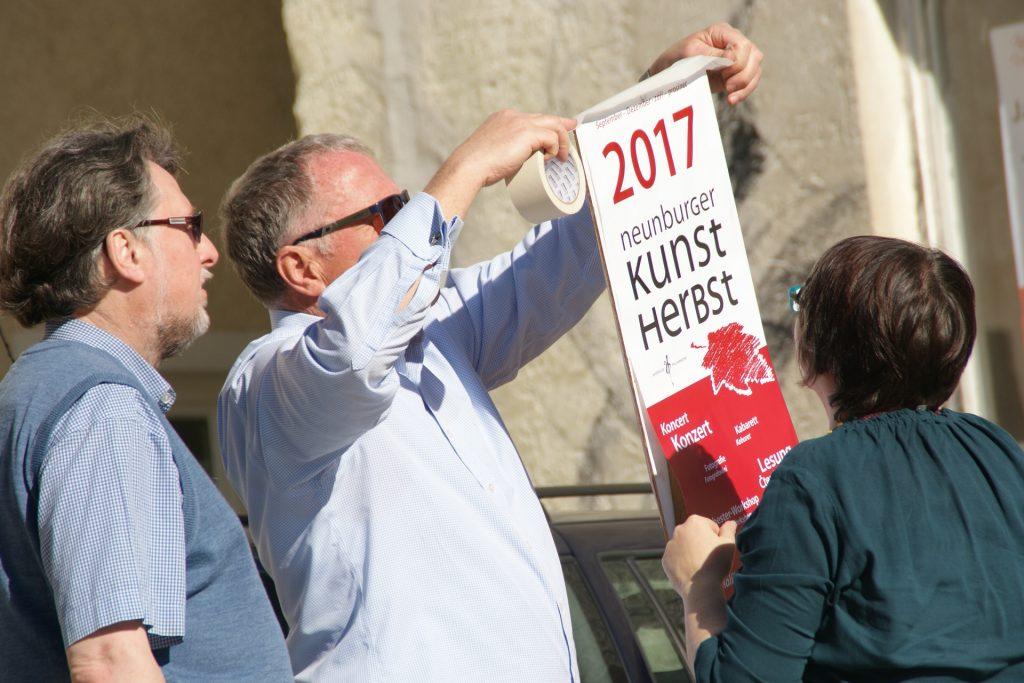 Zupacken lautete beim arbeitsintensiven Neunburger Kunstherbst 17 die Parole - geschäftsführender Vorsitzender Peter Wunder war sich selbst als Plakatkleber nicht zu schade... Foto: Alfred Grassmann, NT