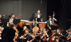 Vor allem die Bruckner-Sinfonie verlangte dem Pauker Schwerarbeit ab... Foto: R. Gohlke