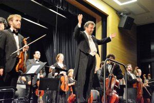 Dirigent und Konzertmeister nehmen mit ihren Musikern den aufbrandenden Schlussapplaus entgegen. Foto: R. Gohlke