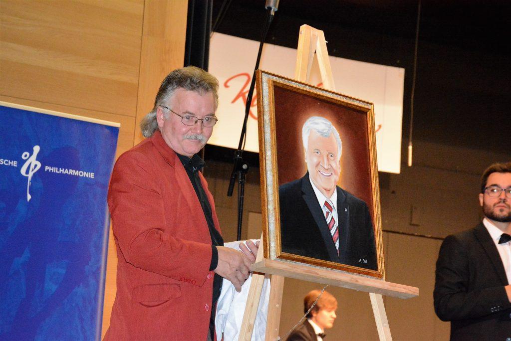 Künstler Andras Olah und sein Werk, das Horst-Seehofer-Portrait. Foto: Ralf Gohlke