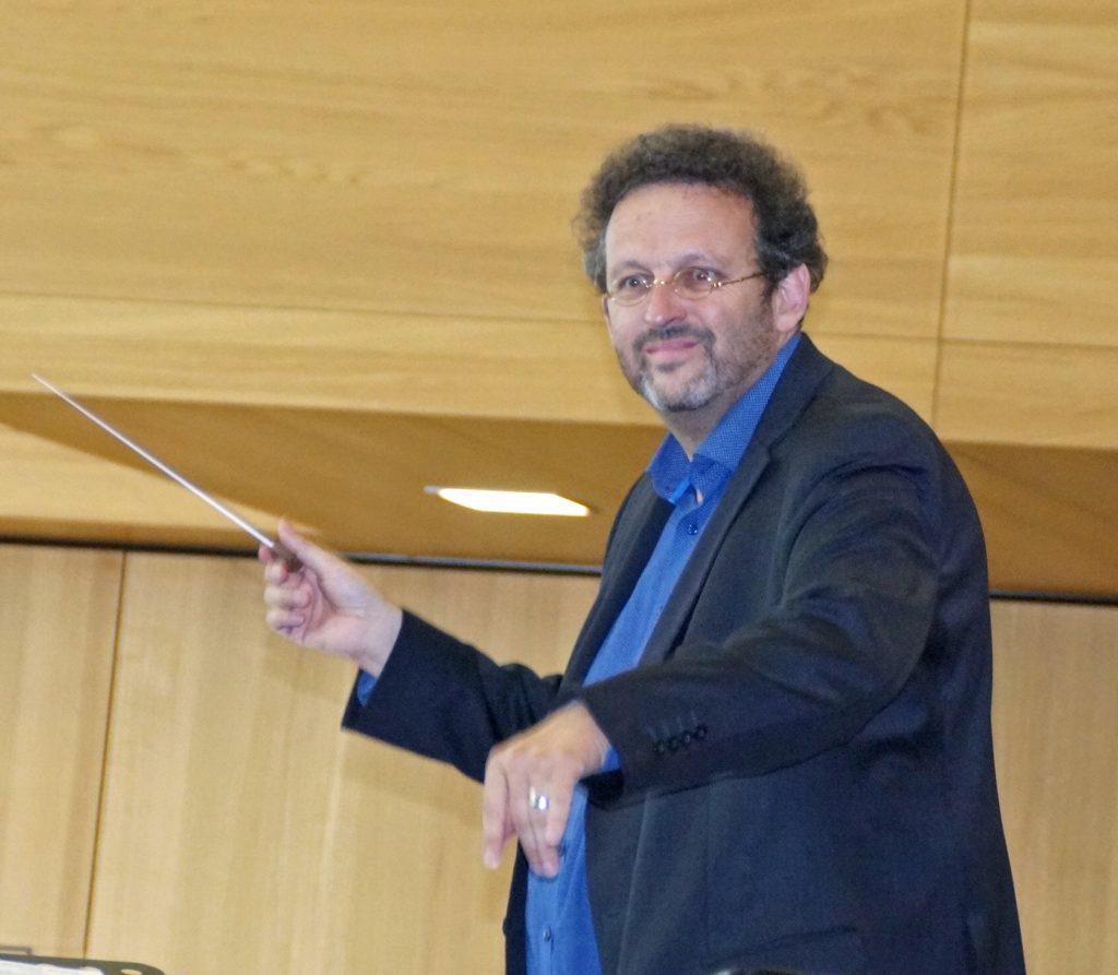Der Maestro heiter-gelöst bei der Workshop-Arbeit.