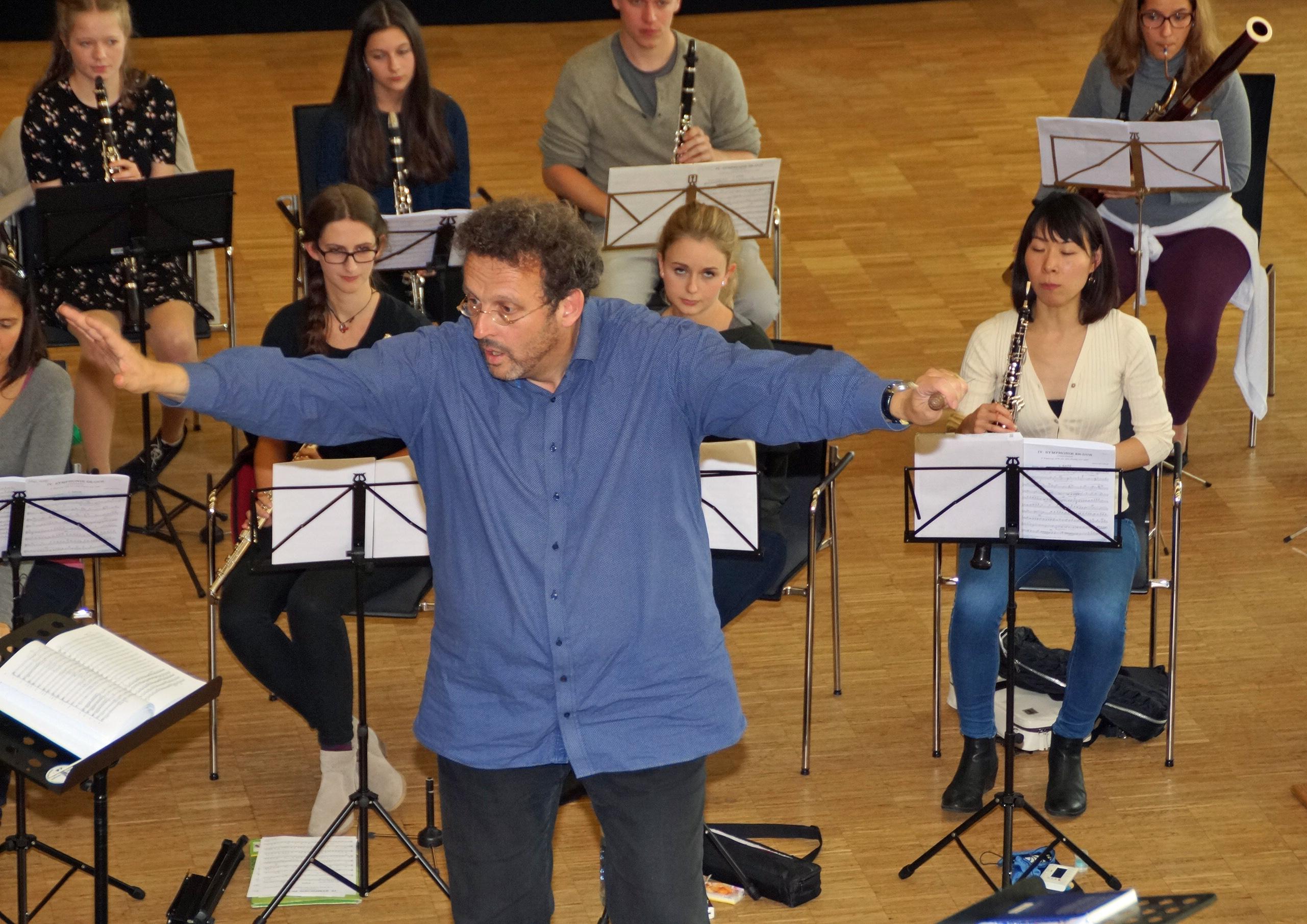 """....und Chefdirigent Mark Mast im """"Auge des Klang-Hurrikans"""" bei Bruckners 4. Symphonie!"""