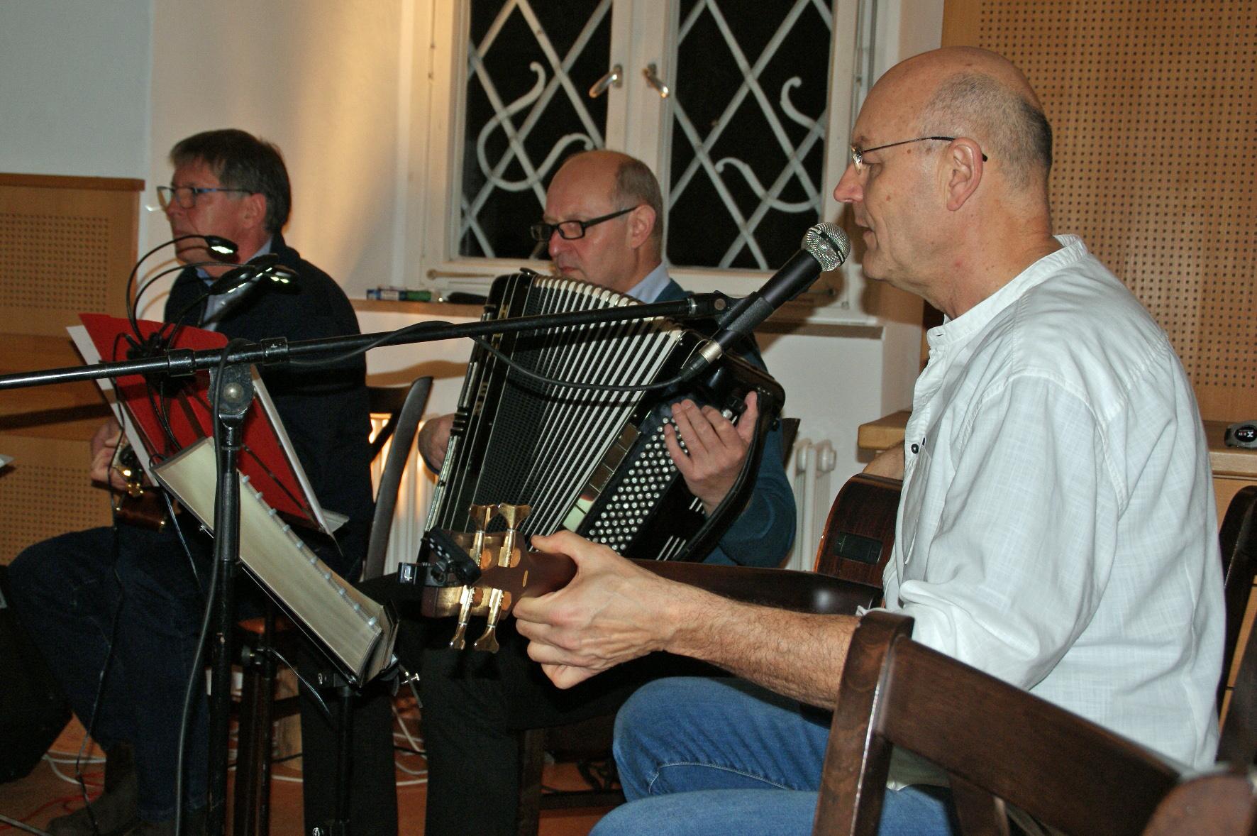 In Hochform im Kloster Ensdorf: Unverdorben-Musiker Jürgen Zach (Bass), Franz Schöberl (Akkordeon) und Klaus Götze (Gitarre).