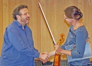 Mark Mast begrüßt Musiklehrerin Angelika Scheifl.