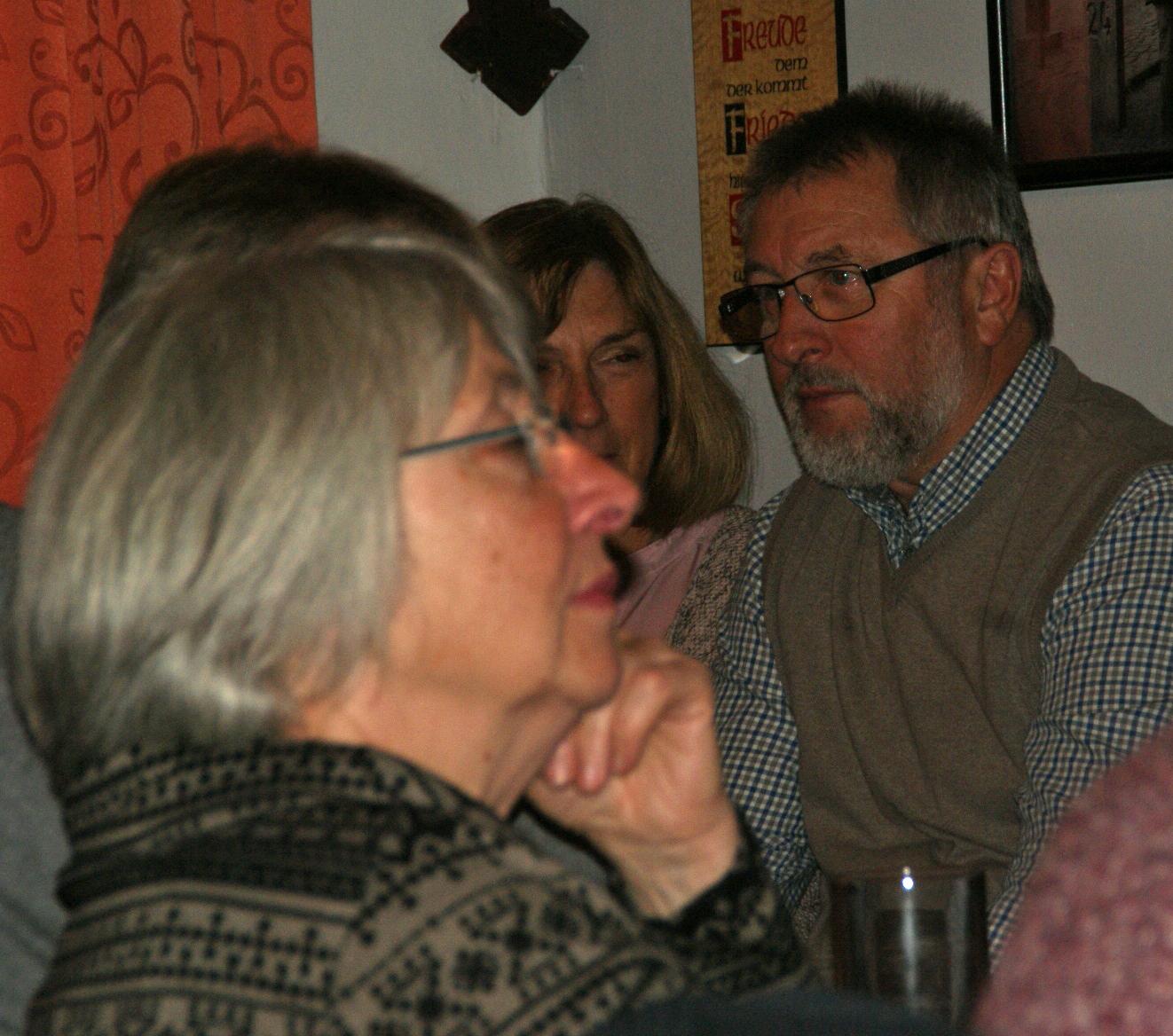 Eine aufmerksame Zuhörerschaft ließ sich auf ein satirisch-nostalgische Neunburg-Tour mitnehmen...