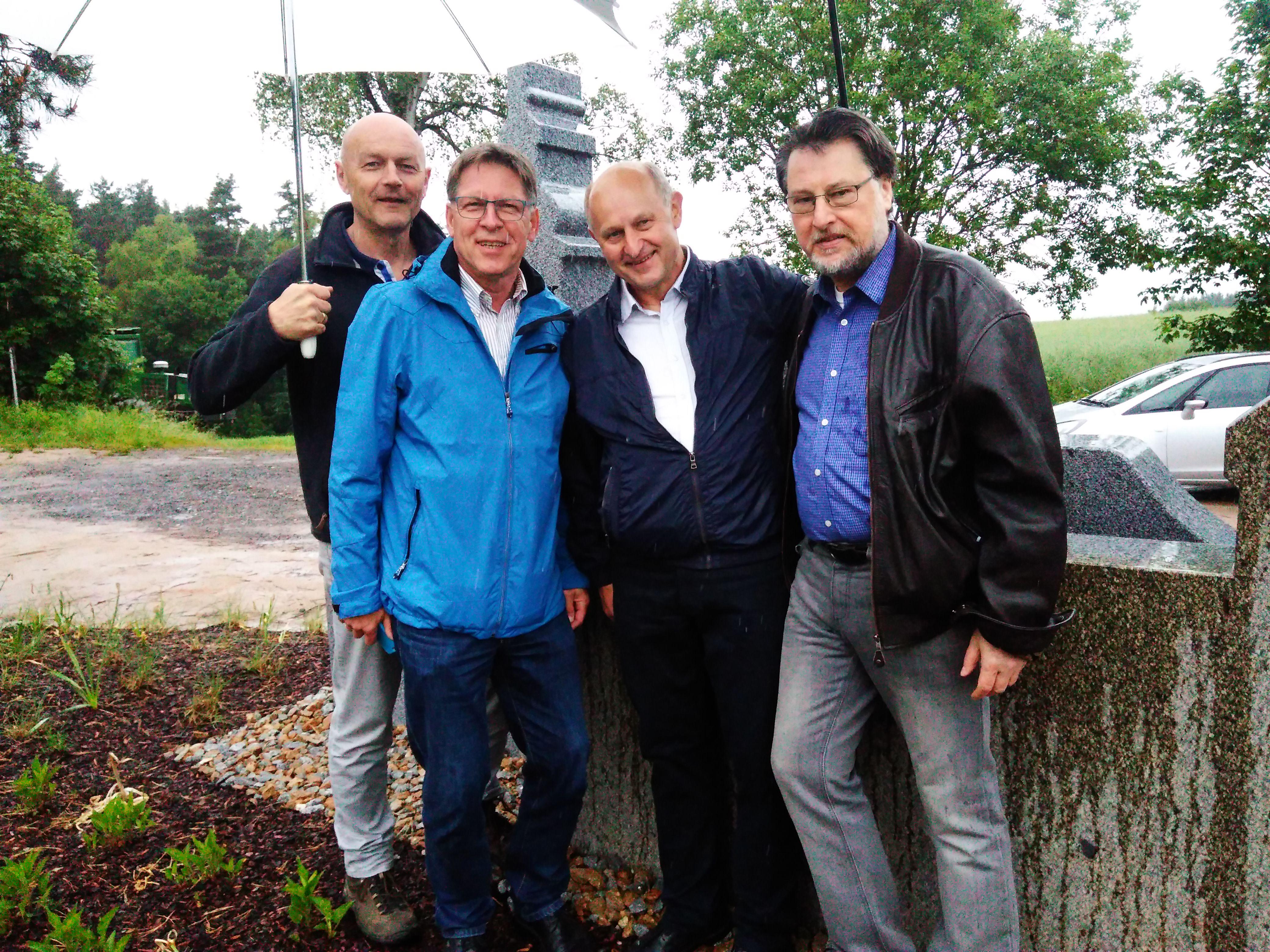 """Die Vier Unverdorbenen Jürgen Zach, Klaus Götze, Franz Schöberl und Karl Stumpfi posieren vor dem """"Jahrtausenddenkmal"""" Plattenberg."""