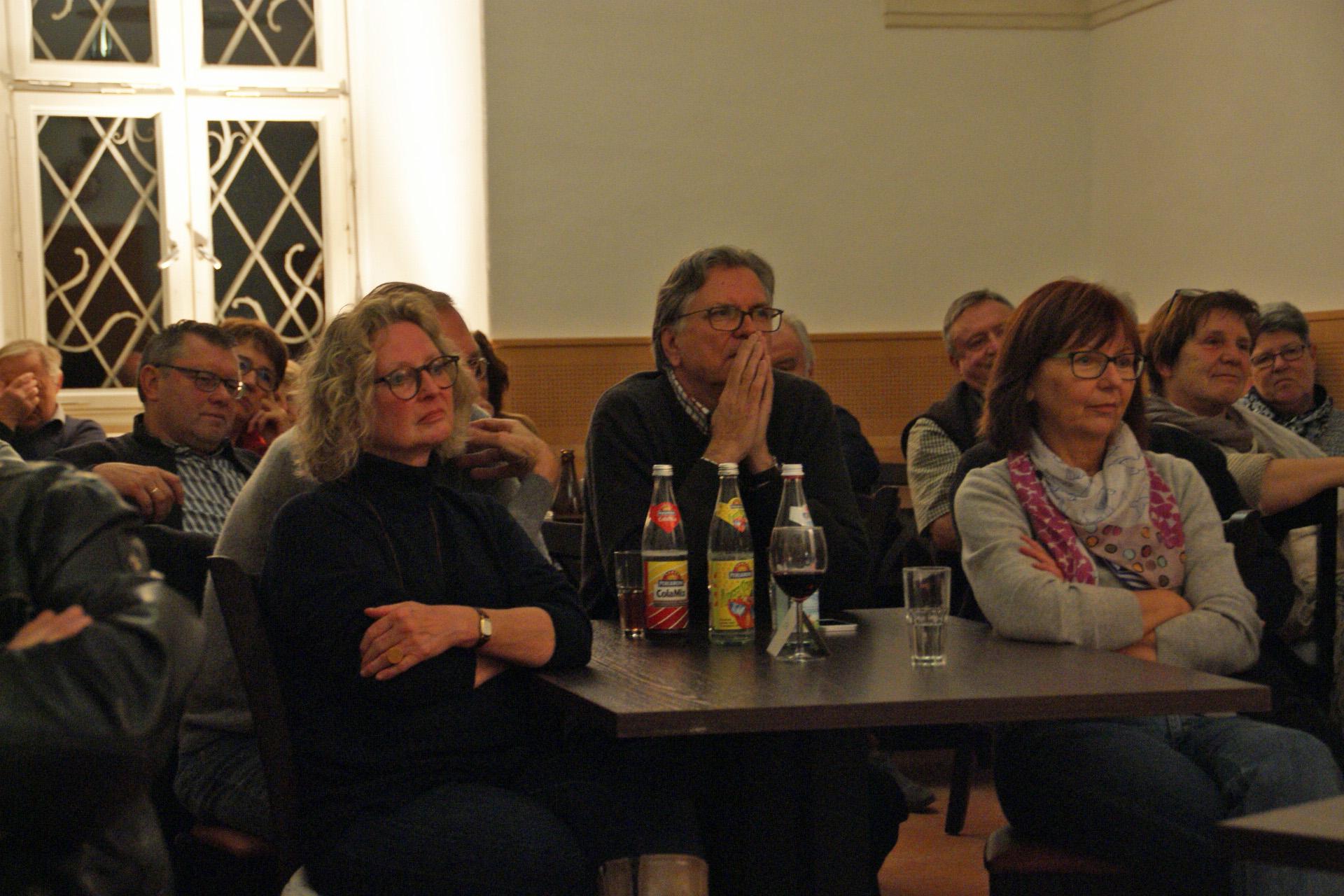 Gebannt vom Wechselspiel von Satire und Musik: Gäste des Unverdorbenen-Gastauftritts in Kloster Ensdorf. Fotos: Alfred Grassmann