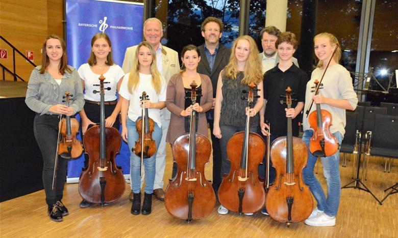 Die  Super-Talente und Bayerische Philharmoniker auf Zeit mit Mark Mast (Mitte), Peter Wunder (li.) u. Karl Stumpfi (re.) nach Workshop-Abschluss. Foto: Ralf Gohlke