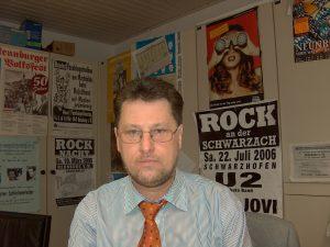 """Karl Stumpfi in seiner """"Schreibwerkstätte"""" MZ-Redaktion, Neukirchner Straße 19. Foto: Ralf Gohlke"""