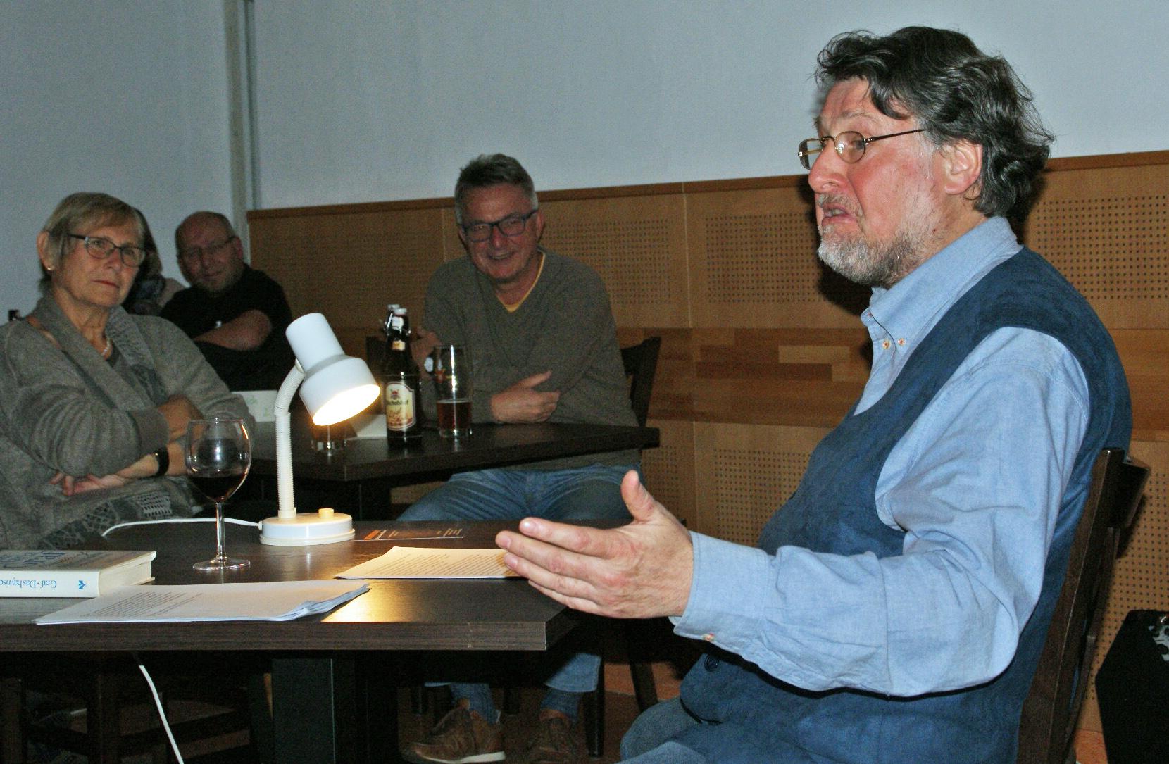 Bei der Wiener Kaffeehaus-Literatur in seinem Element: Rezitator Karl Stumpfi.