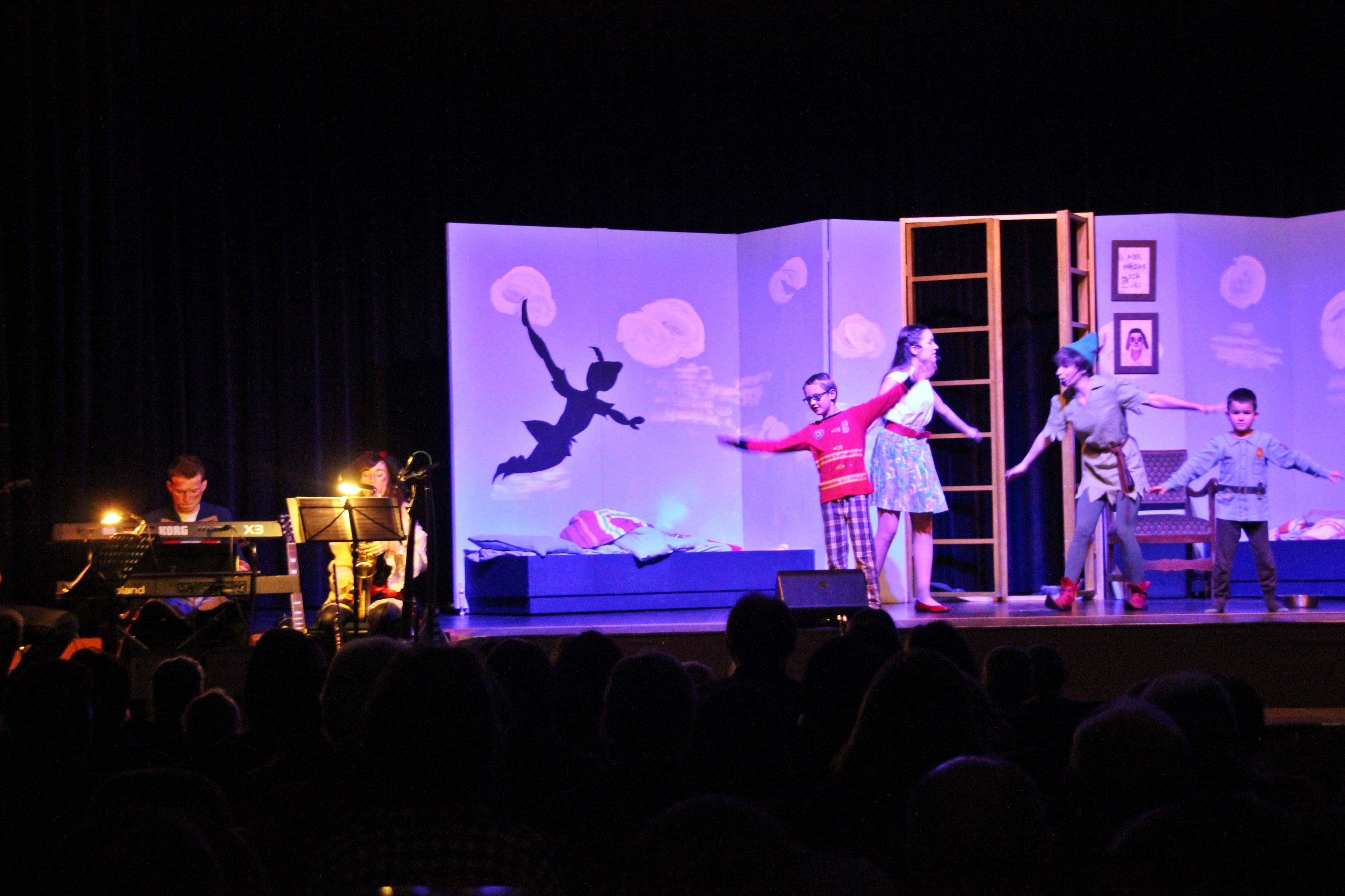 """Drei gut besuchte Aufführungen des Familienmusicals """"Peter Pan"""" mit dem jungen Ovigo-Ensemble bildete einen gelungenen Abschluss des Neunburger Kunstherbst-Programms im Stadtjubiläunsjahr 2017. Foto: Ovigo/F. Wein"""