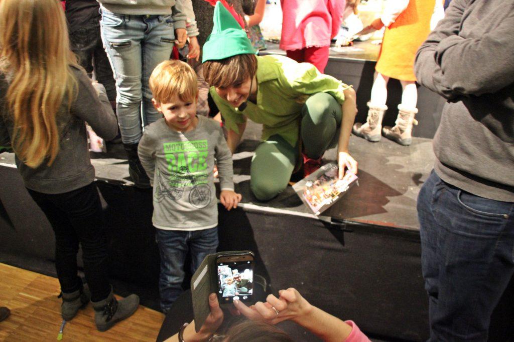 Nach der mit riesen Beifall bedachten Aufführung sahen sich die Peter-Pan-Mitwirkenden einem Ansturm junger Autogrammjäger ausgesetzt.