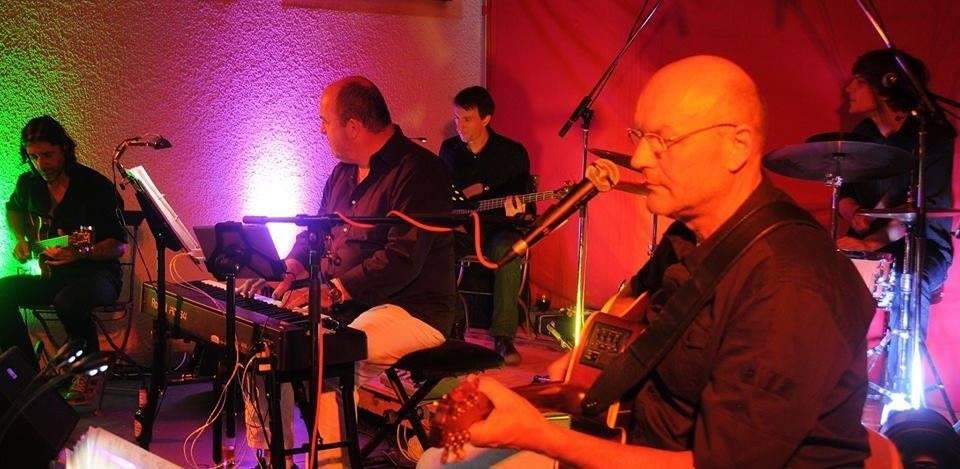 Jürgen Zach (r.) & Just One More und der Chor Contigo bieten Sommernachtsmusik im romantischen Murnthal.