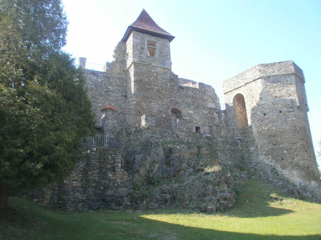 Unterhalb der mächtigen Burg Klenova...