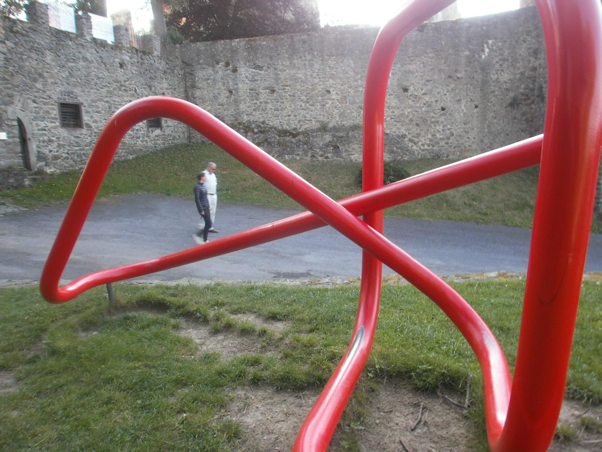"""Das """"Feuer-Kunstwerk"""" des Klattauer Bildhauers Vaclav Fiala - Aussteller bei Ahoj 17 """"Glaube und Kunst"""" - ist ein echter Blickfang in der historischen Burganlage."""