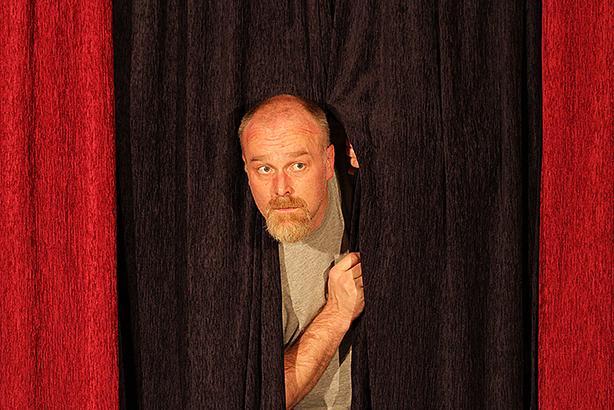 Nach der Aufführung plaudert ein Schauspieler (Markus Veith) hinter den Kulissen aus dem Nähkästchen...