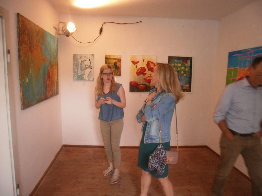 Jungkünstlerin Lisa Ehrenreich (li.) und KVU-Beirätin Maria Bücherl beim Rundgang durch die Mitgliederausstellung.
