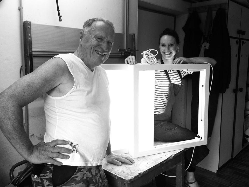 KVU-Vorsitzender Peter Wunder baut eigens für die AHOJ18-Werke von Miriam Maria Ferstl konzipierte Leuchtkästen. Die in Tschechien und Bayern entstandenen Kunstfotografien werden werden auf oberpfälzisches Irlbacher-Glas gedruckt.