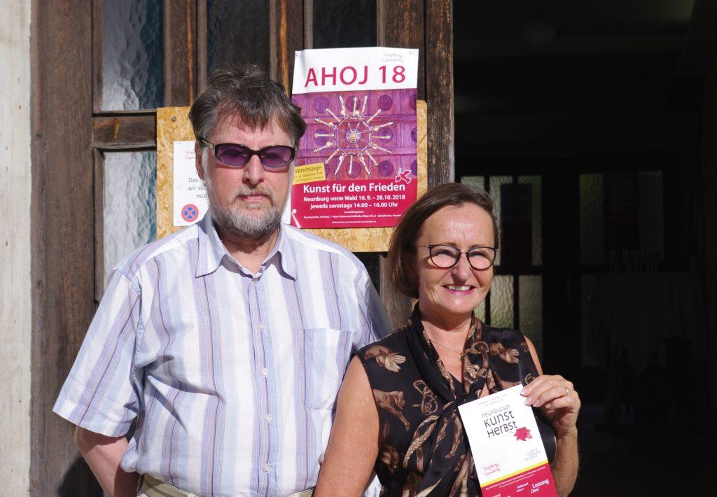 """Vorfreude auf die Ausstellung """"Ahoj 18 - Kunst für den Frieden"""": Künstlerin Andrea Thema und 2. KVU-Vorsitzender Karl Stumpfi."""