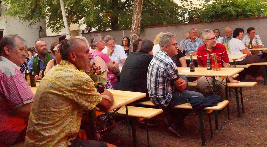 Mit sichtbarem Interesse verfolgten diese Weinhof-Besucher die Darbietung der Vier Unverdorbenen.