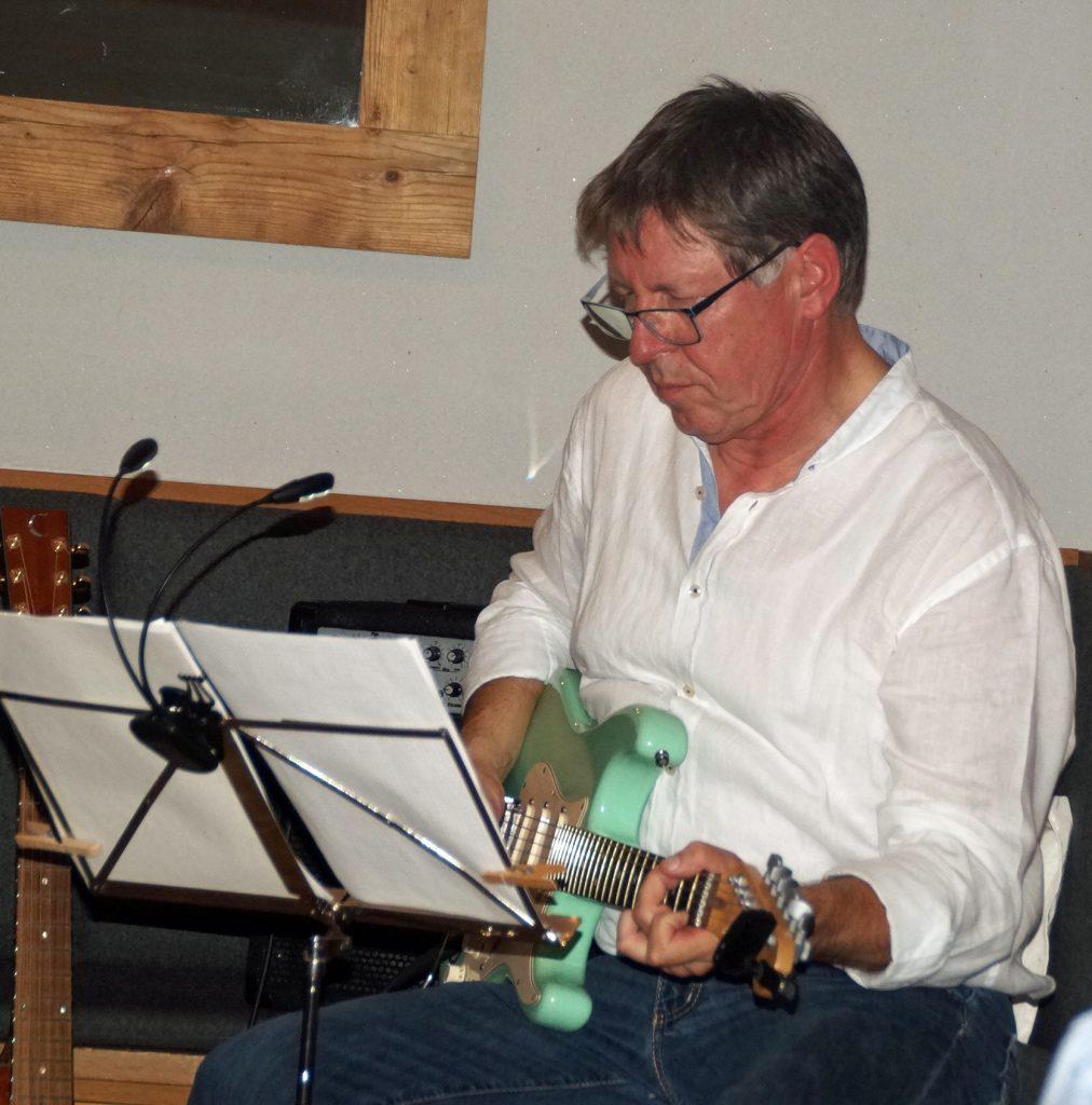 Lead-Gitarrist Klaus Götze greift in die Saiten...