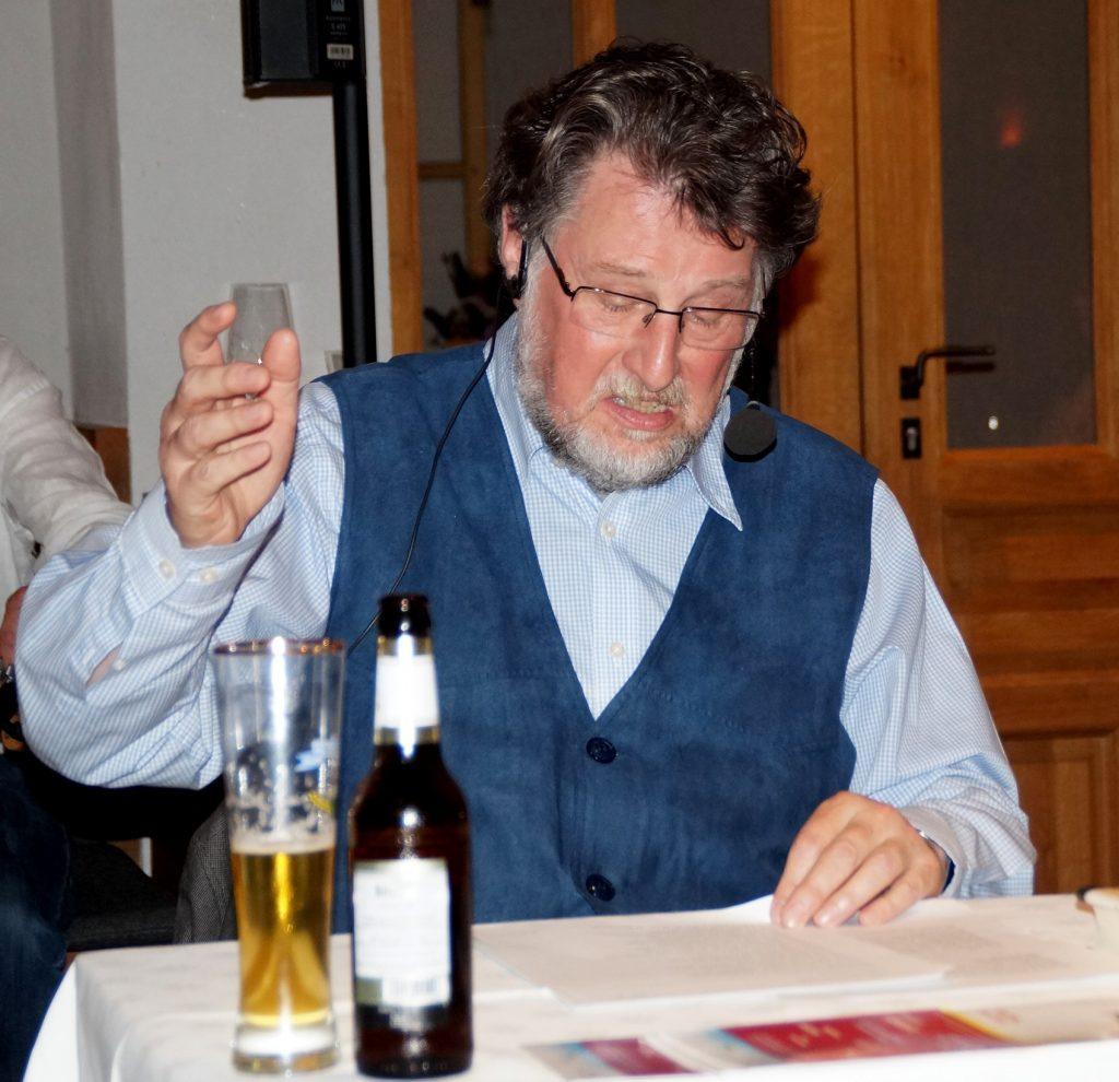 Liest und lebt die Textvorlage: Rezitator Karl Stumpfi