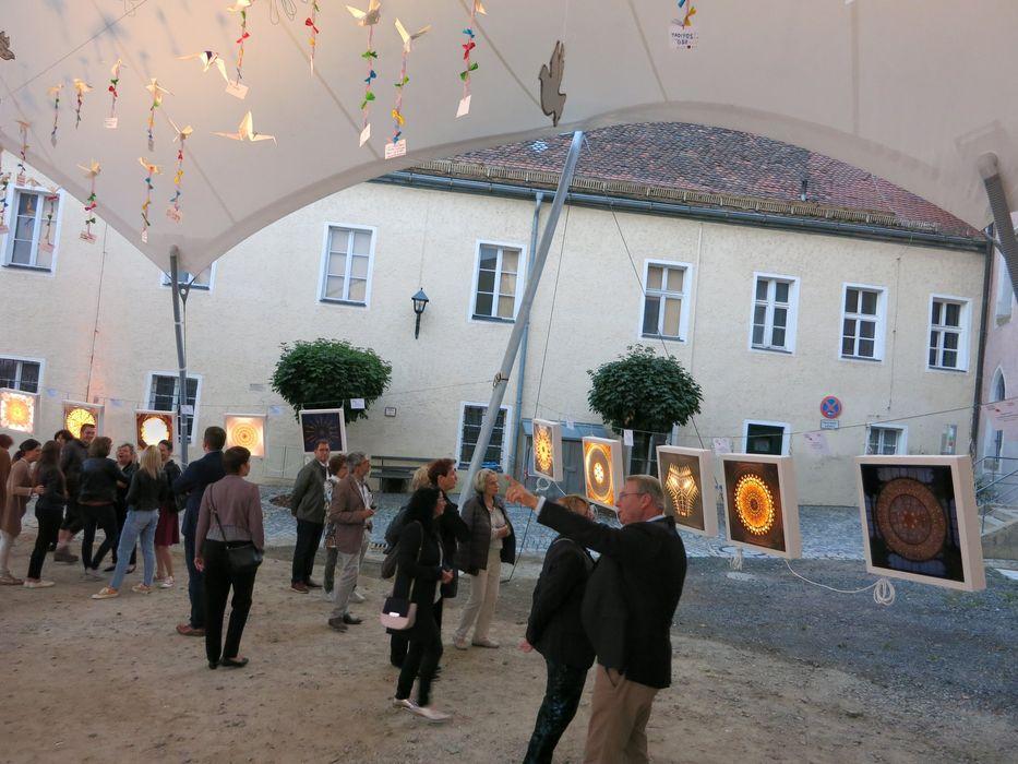 """Die beleuchteten Bildkästen der Kunstfoto-Kollektion """"More Light"""" von Miriam Ferstl zogen die Blicke der Besucher magnetisch an... Foto: Wolfgang Gräß."""