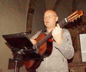 Jürgen Zach interpretiert Chansons über Krieg und Frieden.