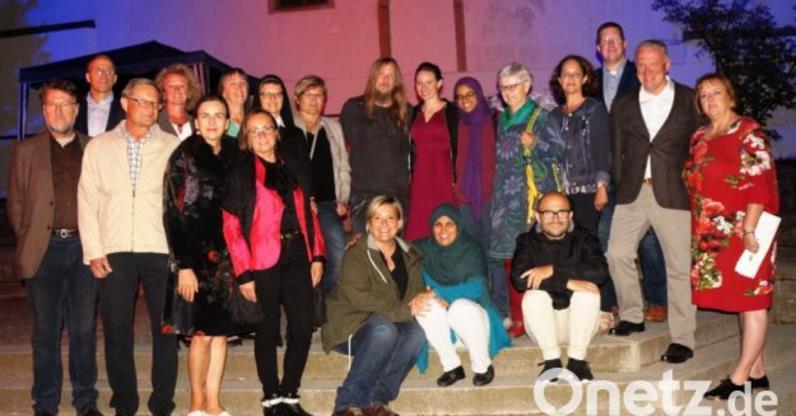 """Gruppenbild der Ahoj18-Künstler und der am Projekt """"Kunst für den Frieden"""" Beteiligten. Foto: Udo Weiß, NT"""