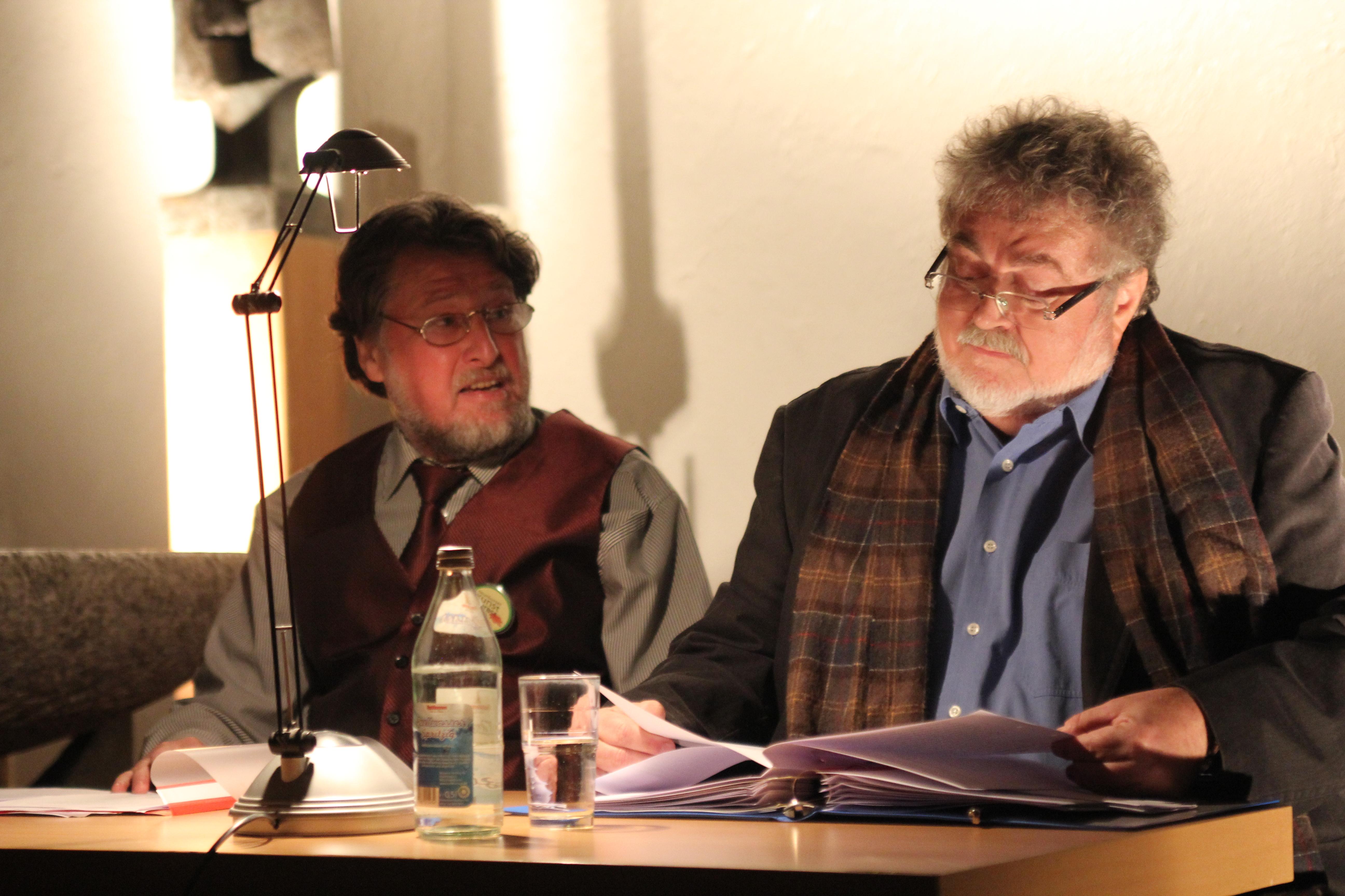 """Wolfgang Huber (rechts) und Karl Stumpfi lesen aus """"Die letzten Tage der Menschheit"""". Foto: Tanja Kraus"""