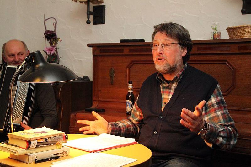 Karl Stumpfi liest amüsante Texte von Wiener Kaffeehaus-Literaten. Foto: H. Söllner, NT