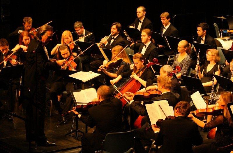 Die Smetana Philharmoniker Prag unter Leitung ihres Chefdirigenten Hans Richter.