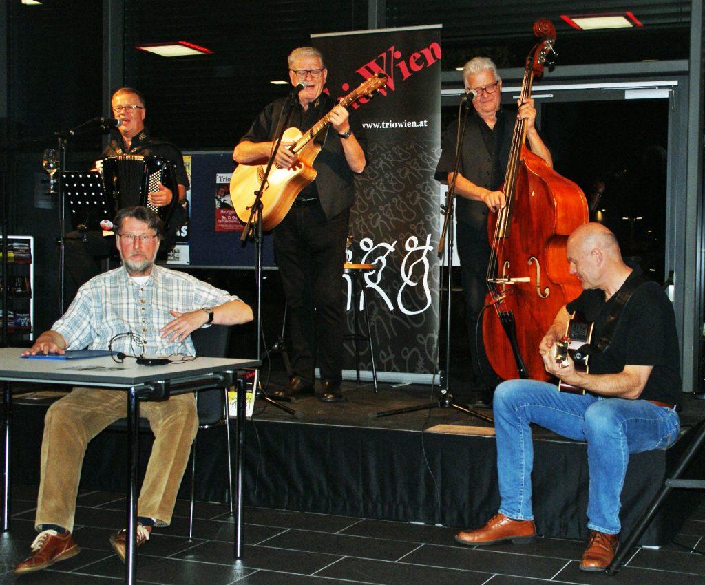 """""""Sondereinlage"""" der beiden Unverdorbenen Karl Stumpfi (links) und Jürgen Zach mit den Musikern des """"Trio Wien""""."""
