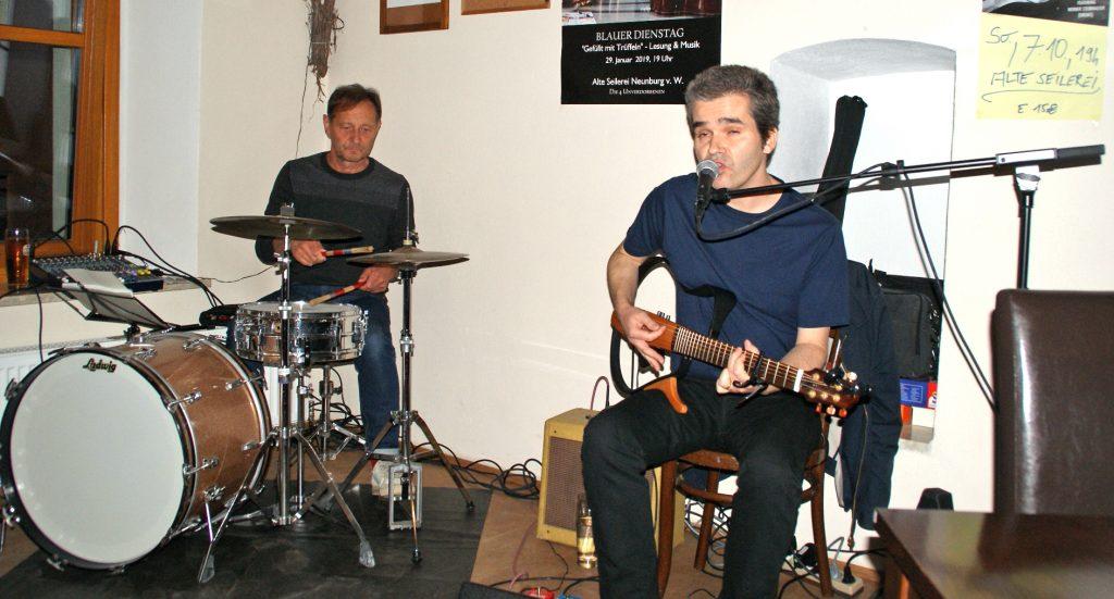Gitarrist und Vocalist Robert Coyne, begleitet von Werner Steinhauser am Schlagzeug.