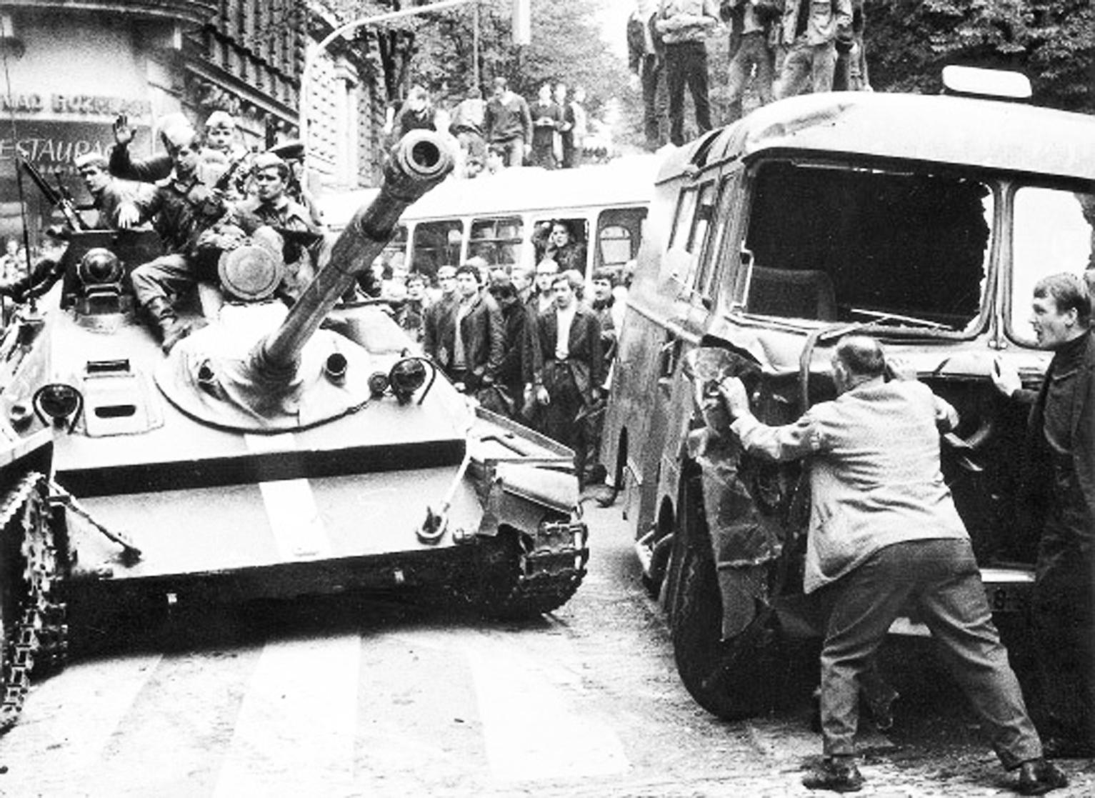 Autobusse gegen Panzer: Das gewaltsame Ende des Prager Frühlings ist Thema eines öffentlichen Leseabends am 9. November, 19 Uhr, im OGO Oberviechtach. Foto: B. Dobrovolský/FAZ