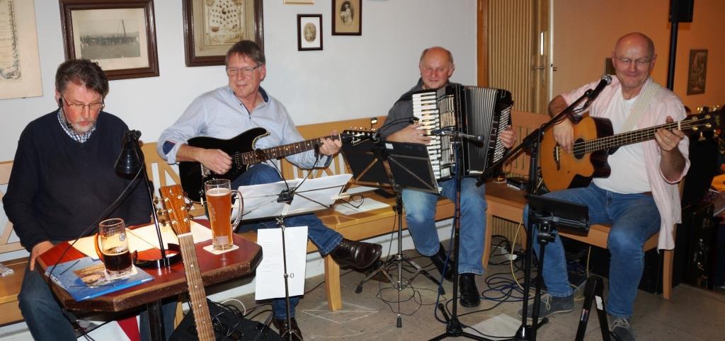 Das literarisch-musikalische Quartett der Kunstvereins Unverdorben v.li. Karl Stumpfi (Rezitation), Klaus Götze (Gitarre), Franz Schöberl (Akkordeon) und Jürgen Zach (Bass/Gesang).