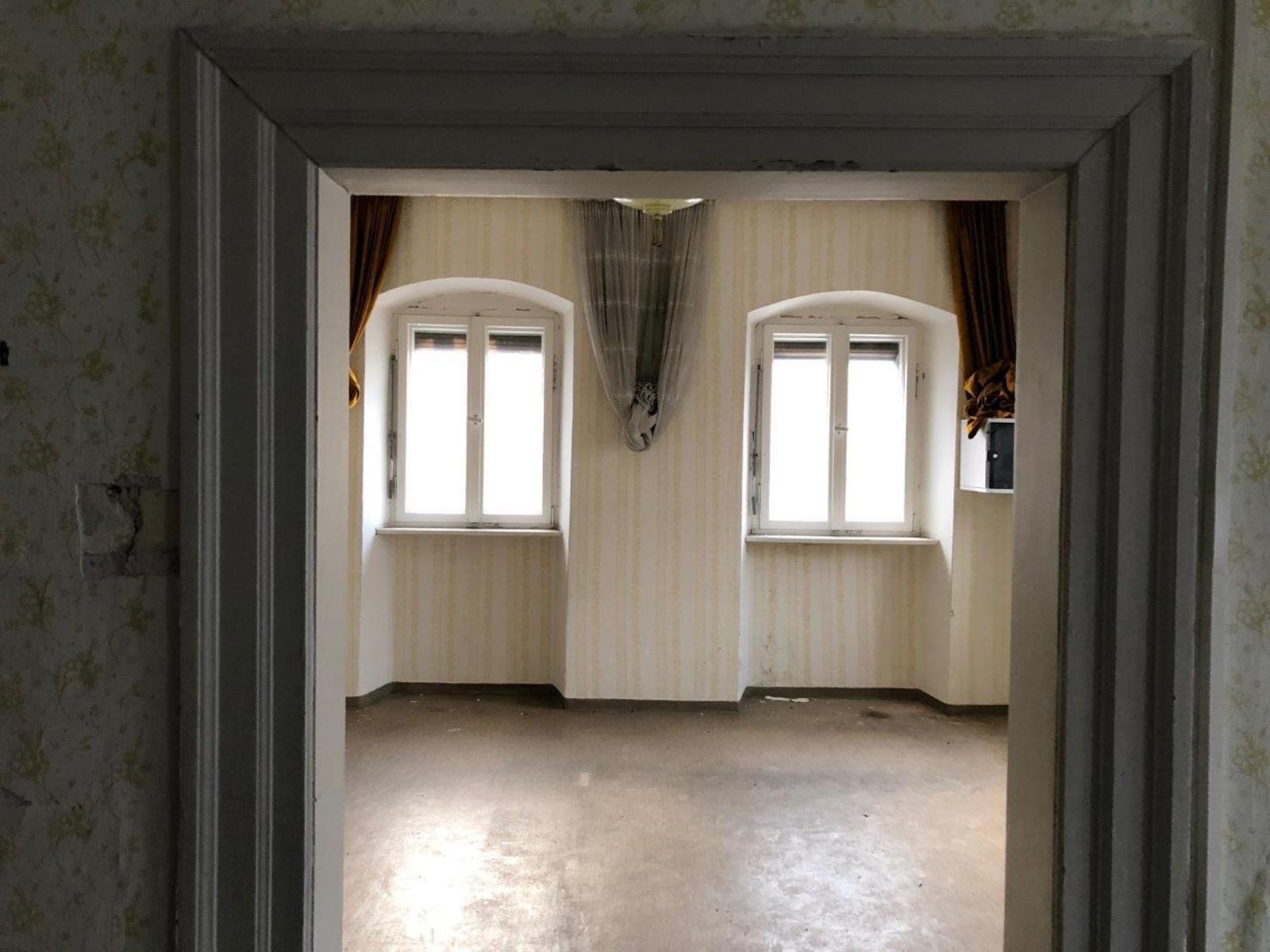 Für das leer stehende Gebäude der früheren Hösl-Bäckerei wird eine Nachfolgenutzung gesucht. Der KVU könnte sich unter passenden Rahmenbedingungen den (sanierten) Altbau als neues Kunstquartier vorstellen. Fotos: Roland Thaeder, MZ / Videos: Anna-Maria Ascherl, MZ
