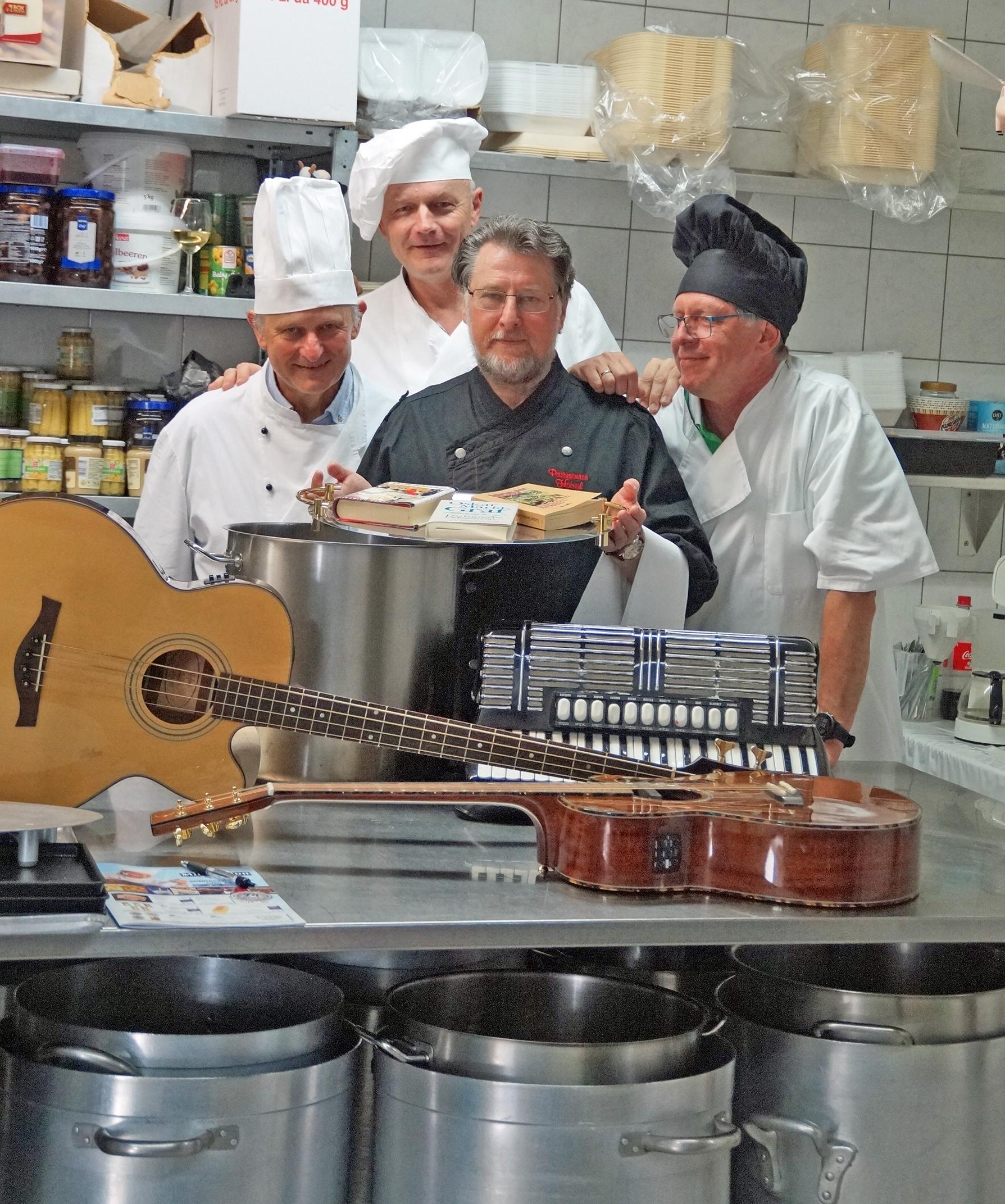 Ein köstliches Satire & Musik-Menue servieren die Vier Unverdorbenen in der Alten Seilerei (v. re.) Klaus Götze, Karl Stumpfi, Jürgen Zach und Franz Schöberl. Foto: Grassmann, NT