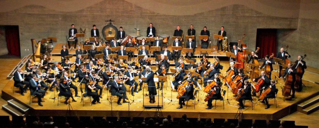 Das Sinfonieorchester Am Singrün Regensburg gastiert mit rund 90 Musikern am 29. Juni, 20 Uhr, in der OGO-Sporthalle in Oberviechtach. Unsere Aufnahme zeigt den Klangkörper bei einem Konzert im Jahr 2017 im Audimax der Universität Regensburg. Foto: Stefan Weinert